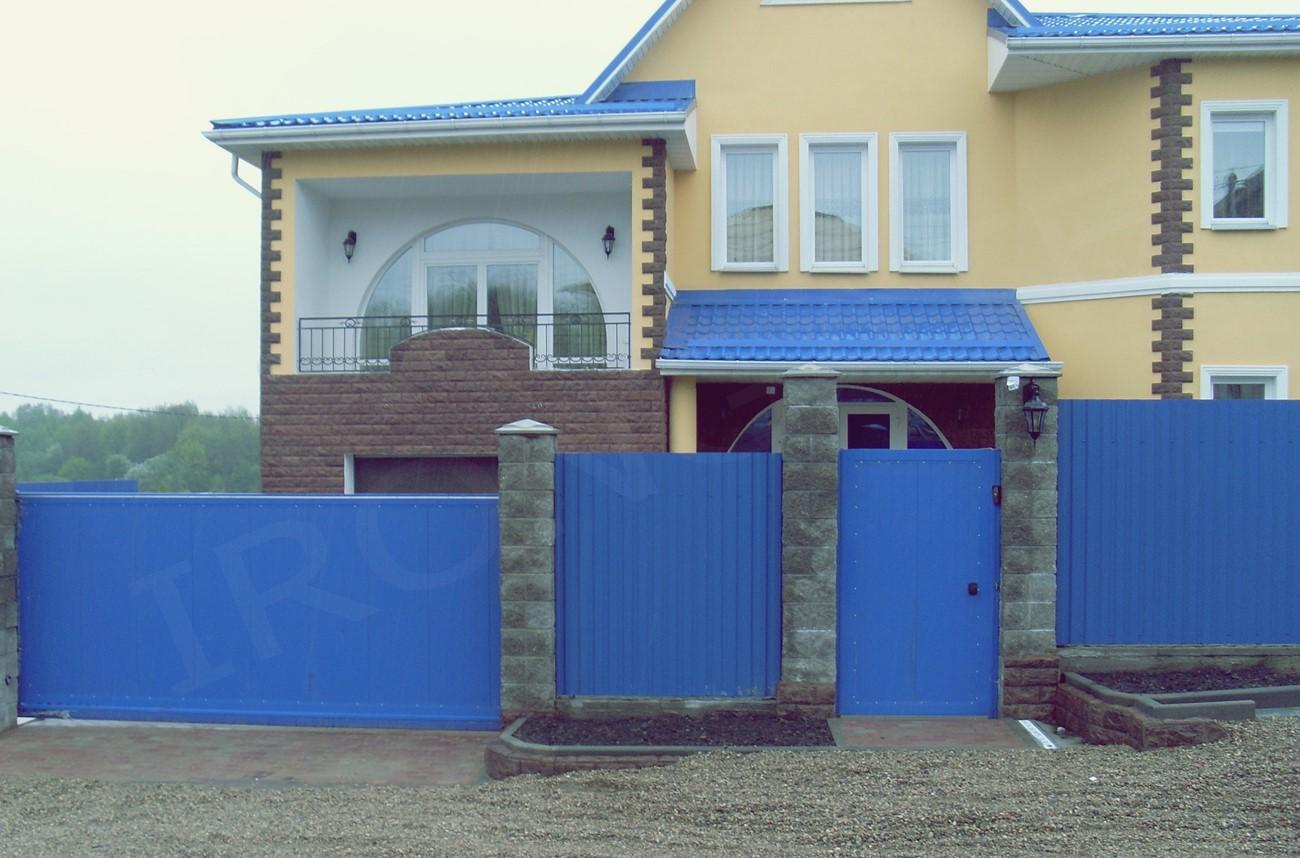 Синие откатные ворота для дома